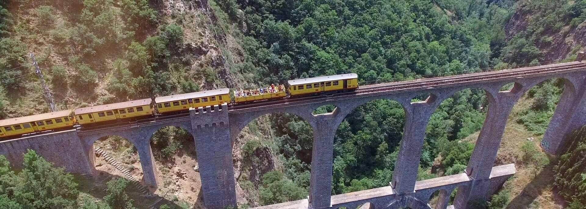 Le Train Jaune sur le Pont Séjourné crédit photo go-production.com